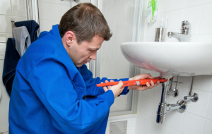 a professional Everett plumbing contractor installs a new sink